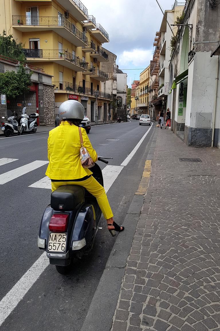 Egy igazi olasz donna robogóra is csak stílusosan ül