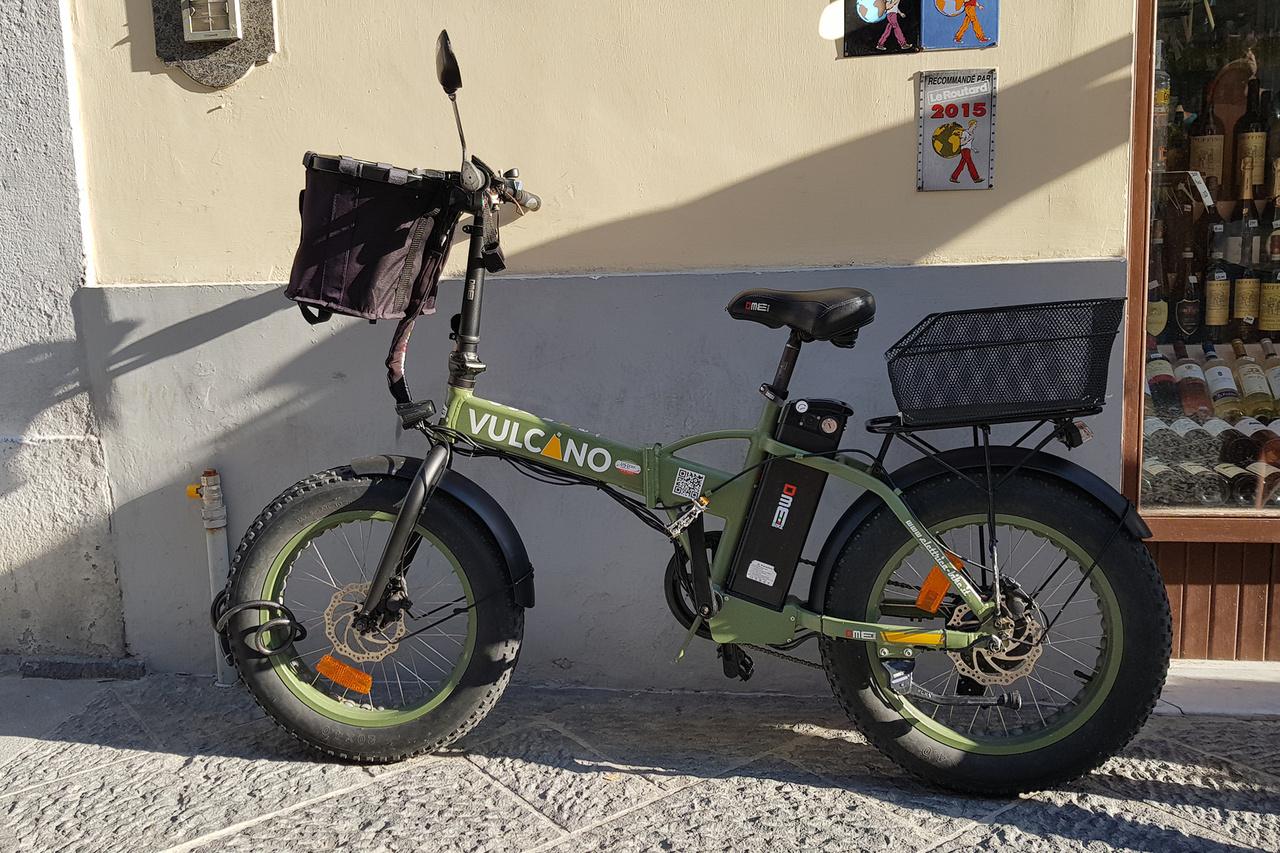 DME Vulcano elektromos kerékpár. A kiviteltől függően jellemzően 1-2000 eurós bringák terepgumikkal, masszív felépítéssel nagyon kedveltek például a postások körében. Kemény, sokszor lehetetlen lenne feltekerni a sziklás, hegyes, meredek utcákkal tarkított környező városokban és falvakban