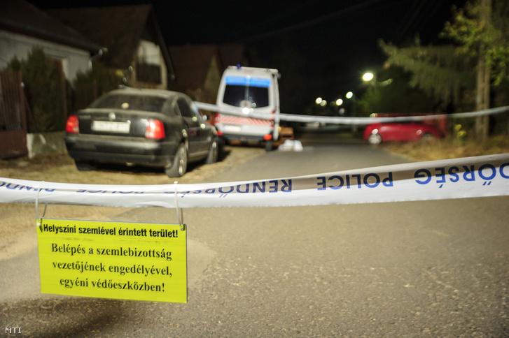 Rendőrság által lezárt utca Sülysápon, ahol holtan találtak egy négy hónapos gyermeket egy családi házban 2018. október 26-án este.