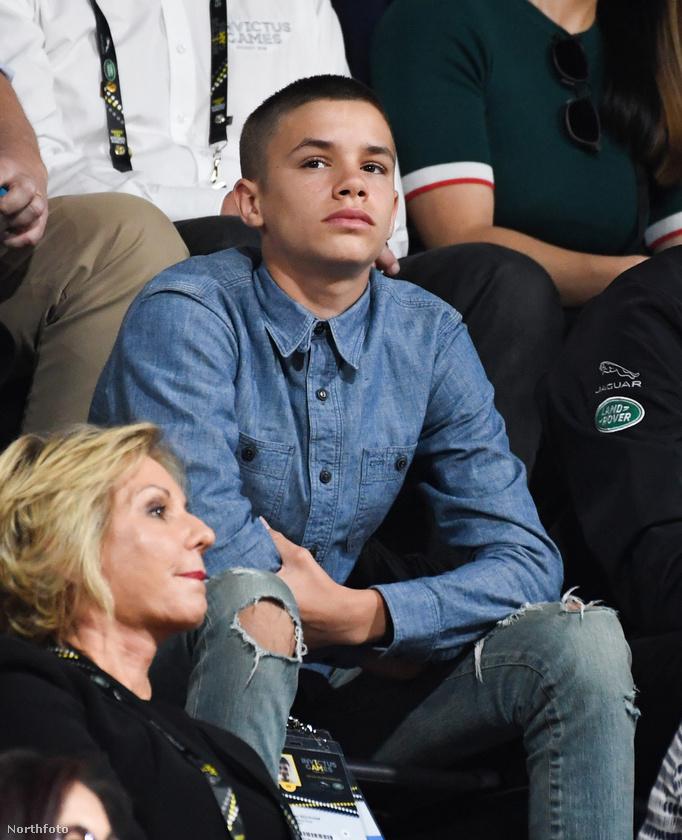 Romeo Beckham egyébként szeptemberben töltötte be a 16-ot.