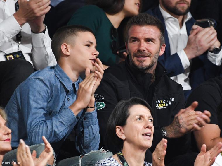 Itt egy olyan kosárlabdameccset nézett a Beckham-család két férfitagja, amit kerekesszékes játékosok játszottak.