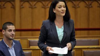 A Fidesz lehülyézte Demeter Mártát a parlamentben
