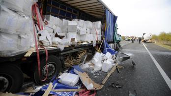Kamionnal ütközött egy tartálykocsi az M5-ösön