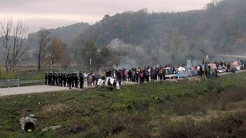 20 rendőr néz farkasszemet 200 menekülttel