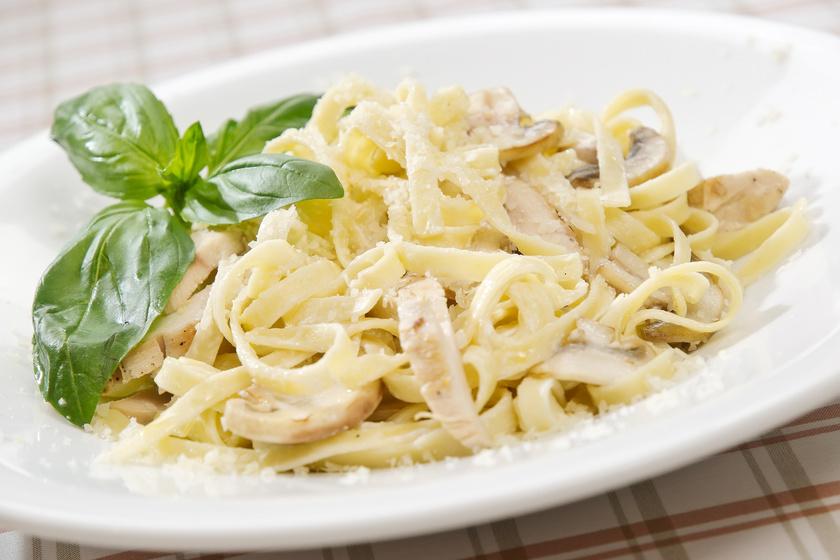 Csirkés tészta parmezánnal: isteni ebéd 20 perc alatt