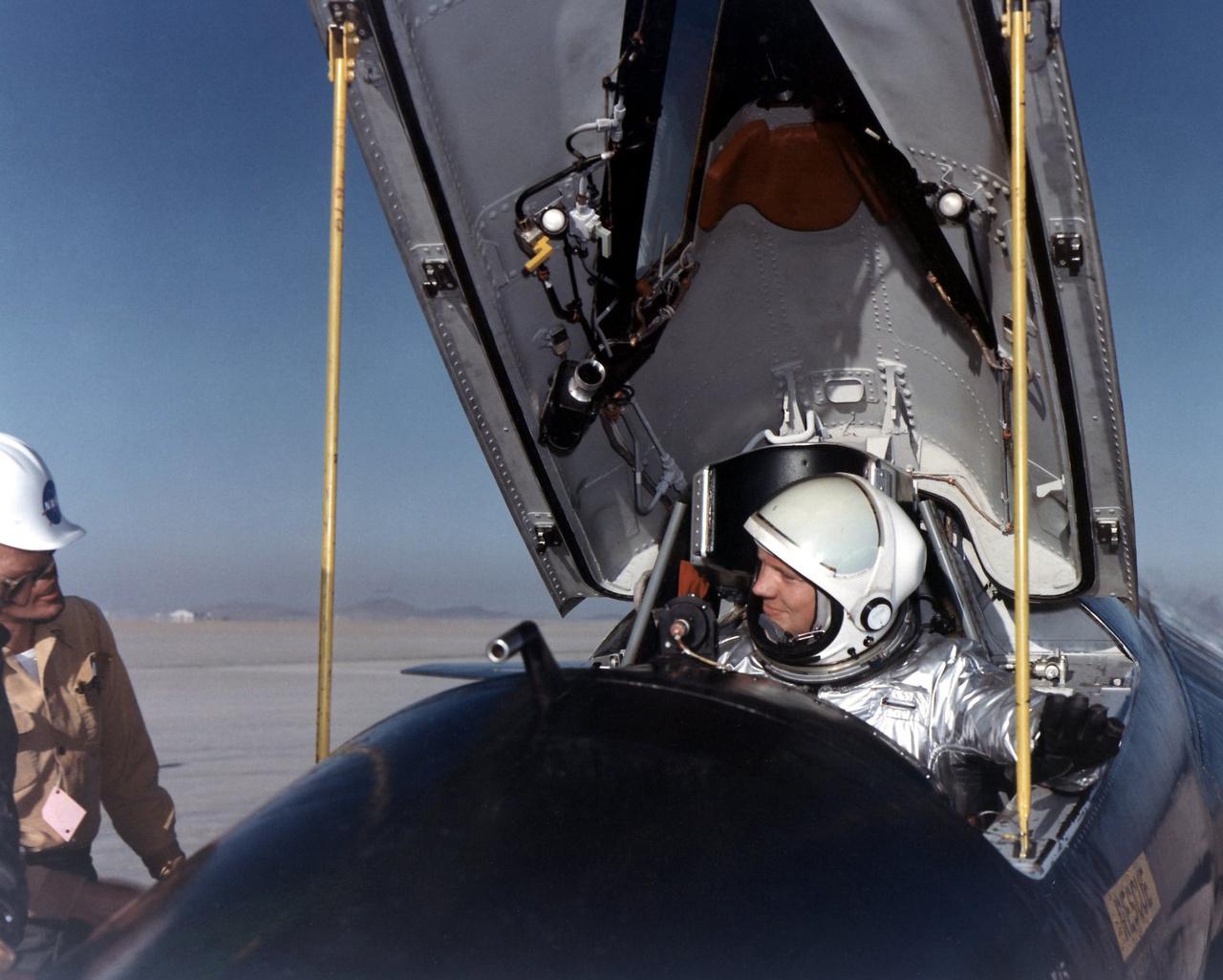 A film elején bemutatott rázós repülés egyike volt Armstrong hét X-15-ös repülésének. A haditengerészet pilótája a koreai háborúban 78 bevetésben vett részt Grumman F9F Panther sugárhajtású vadászgéppel. 1955-ben repülőmérnöki diplomát szerzett és még abban az évben csatlakozott a NASA elődjéhez, a NACA-hoz, hogy kutatómérnök pilótaként részt vegyen a nagy sebességű repülést kutató programban. Két társával elsőként repülhetett a NASA X-15-ös rakétarepülőjével, ami az amerikai űrprogram kezdetén – 1959 és 1968 között – egy sor űrrepüléssel kapcsolatos kísérletnek volt főszereplője, és az átala szerzett repülési tapasztalatokat a Mercury, a Gemini, az Apollo és az űrsikló programokban egyaránt felhasználták.