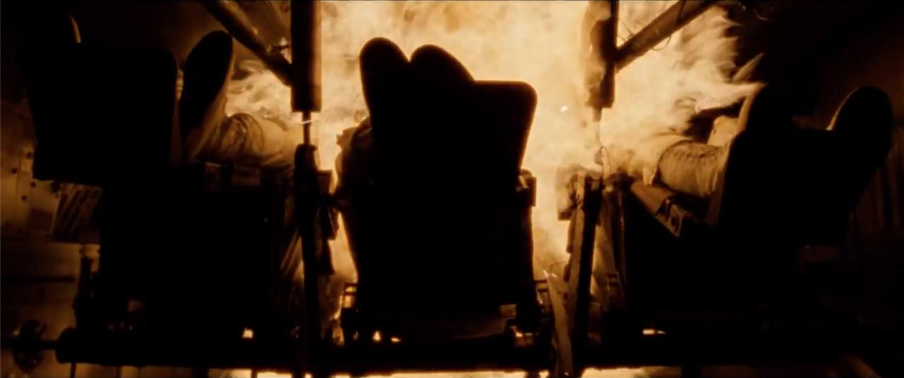 """A film rövid, csupán pár pillanatig tartó jelenetben ábrázolja a NASA egyik legsúlyosabb katasztrófáját, amiben életét vesztette az Apollo-1 küldetésre készülő három űrhajós. 1967. január 27-én, egy hónappal az Apollo-program első emberes próbarepülése előtt, egy gyakorlat során tűz ütött ki a parancsnoki modulban. Virgil """"Gus"""" Grissom parancsnok, Edward H. White és Roger B. Chaffee pilóták, akiknek az Apollo űrhajó kipróbálása lett volna a feladatuk Föld körüli pályán, hősi halált haltak a tűzvész következtében. A tragédia megroppantotta az Apollo-programot, ahogy filmbéli Armstrong kezében összeroppan a borospohár társai halálhírének hallatán."""