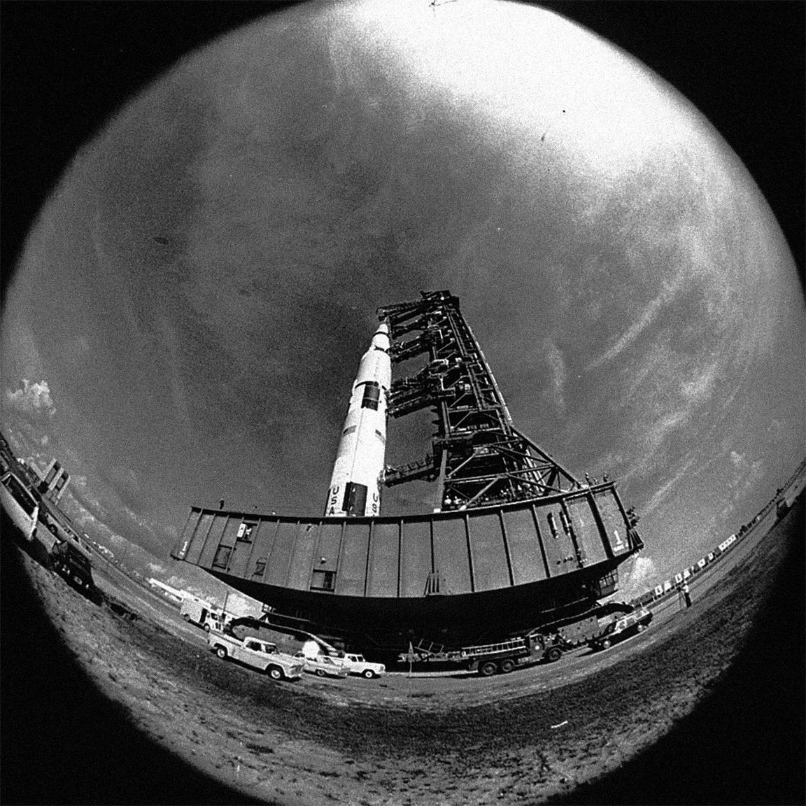 Egy nem túl gyakran látható halszemoptikával készült archív fotó, amin az Apollo-11 űrhajót láthatjuk nagyjából a filmbéli perspektívából, miközben az LC-39A startállásra cammog a hatalmas lánctalpas szállítón.