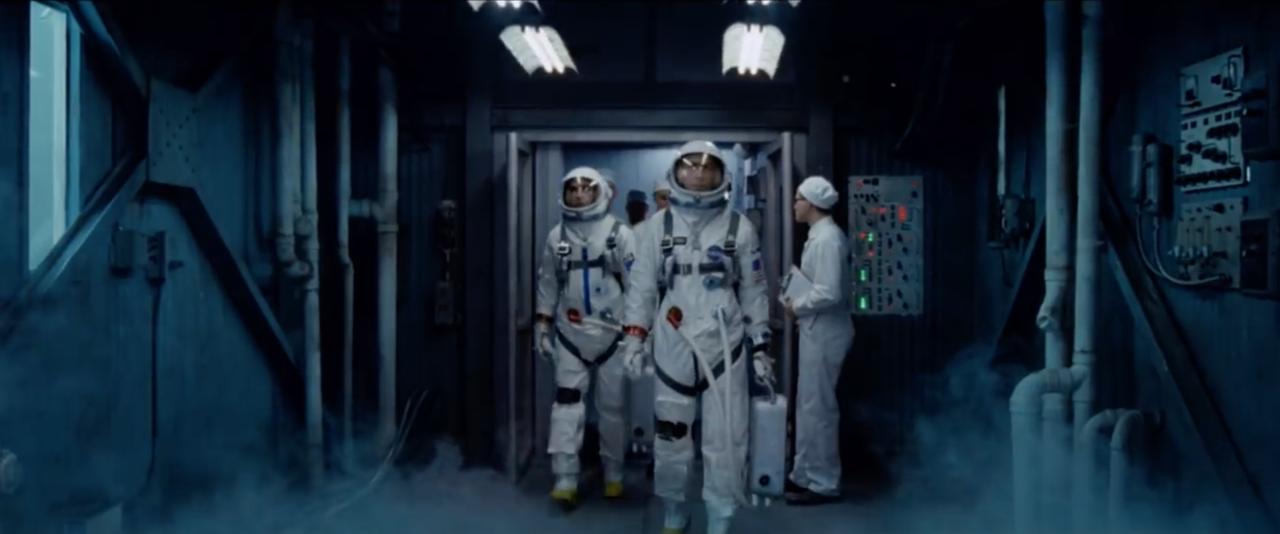 1966. március 16. A Gemini-8 küldetés napja. A film egyik feszült jelenete a két űrhajóst mutatja, ahogy a startállás tetején lévő úgynevezett fehér szobába tartanak, miközben a szomszédos startállásból az Agena pilóta nélküli űrhajó indul útjára. A következő fotóval összevetve jól megfigyelhető, hogy a film kosztümkészítői milyen aprólékos gondossággal alkották újra a korszakra jellemző űrruhákat, és a NASA-technikusok öltözetét.