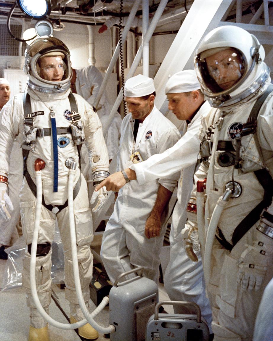 Ez a NASA-fotó a fehér szobából David R. Scott és Neil Amrstrong űrhajósokat mutatja egy start előtti teszt során, 1966. március 11-én.