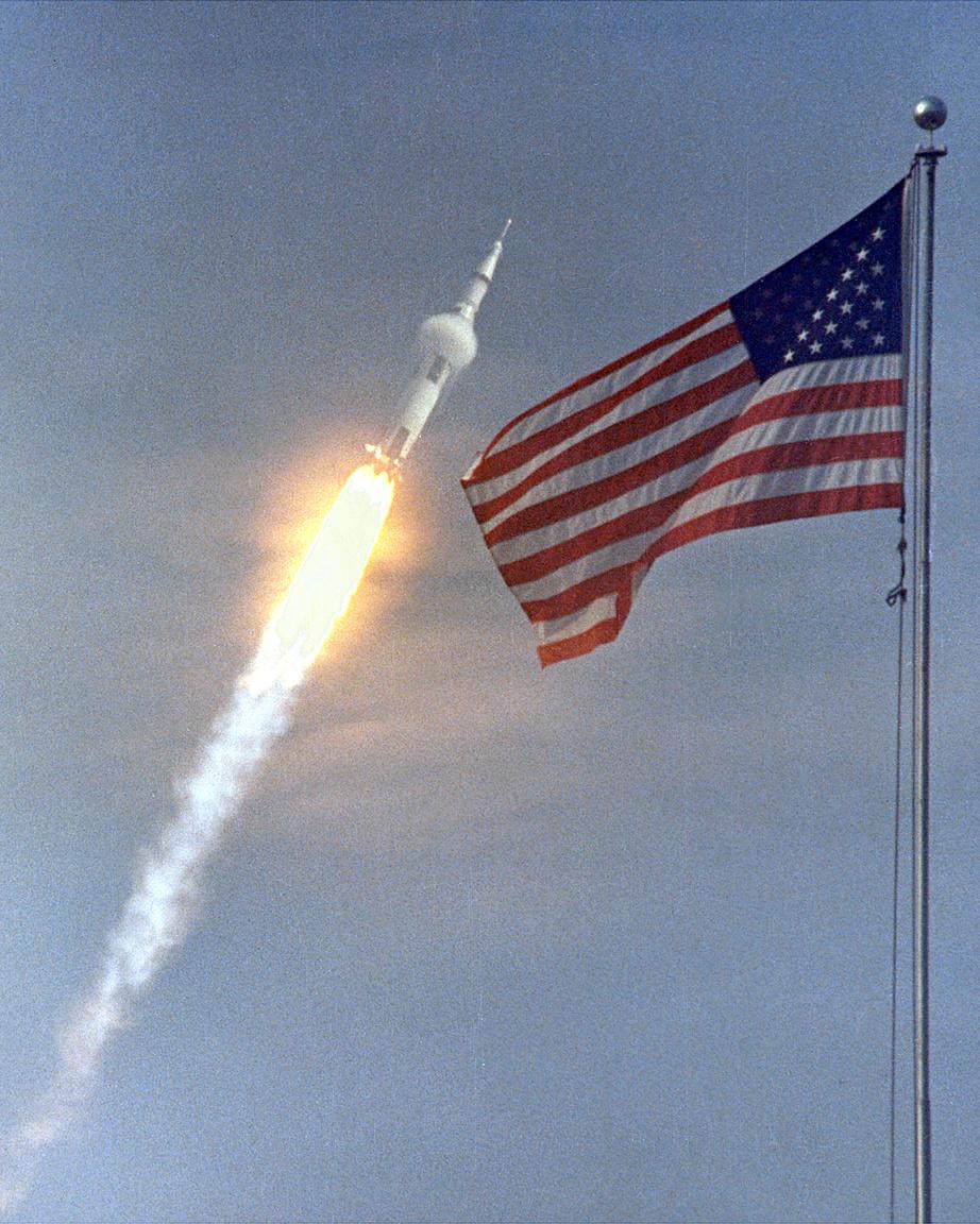 Az Apollo-11 startjáról készült kompozit fotót jól ismeri a világ. A hangsebességhez közeli sebességgel repülő, elegáns páragallért viselő rakéta, valamint a mellé szerkesztett amerikai lobogó így együtt az Egyesült Államok űrversenyben aratott győzelmét hirdtette.