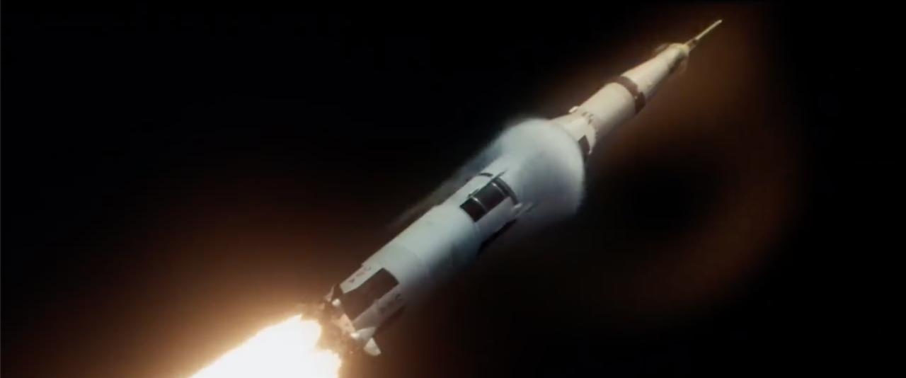 A történelmi rakétastarthoz javarészt archív felvételeket és némi CGI-t használtak a filmben. A rakétát repülés közben, közelről mutató felvétel az utóbbiak közé tartozik, és az alábbi ikonikus fotót idézi meg.