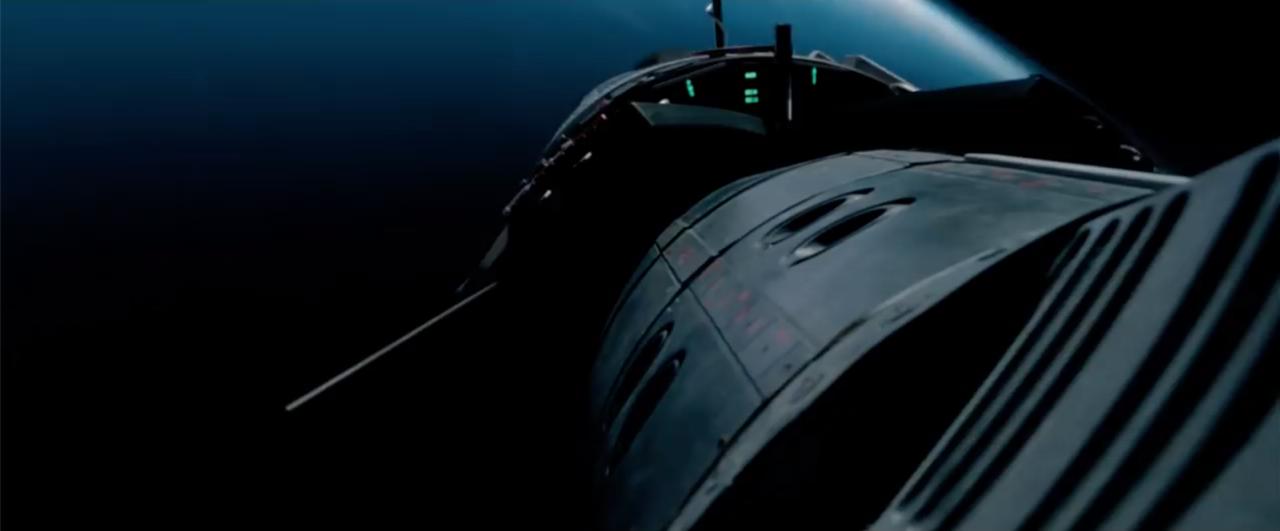 Ahogy a filmben is látható, a Gemini-8 küldetés során a két űrhajós sikeresen összekapcsolódott az Agenával. A részfeladat hibátlan végrehajtása után azonban életveszélyes helyzet alakult ki a Gemini űrhajó egyik hajtóművének meghibásodása miatt. Az egyre gyorsabban, másodpercenként egy fordulattal pörgő űrhajót végül Armstrong lélekjelenléte és remek helyzetfelismerő képessége mentette meg: a visszatéréshez használandó kormányfúvókákat bekapcsolva állította meg a szédítő forgást. A film elején ábrázolt MASTIF szimulátor fontosságát utólag elég jól kidomborította ez a fájdalmasan hosszú jelenet.