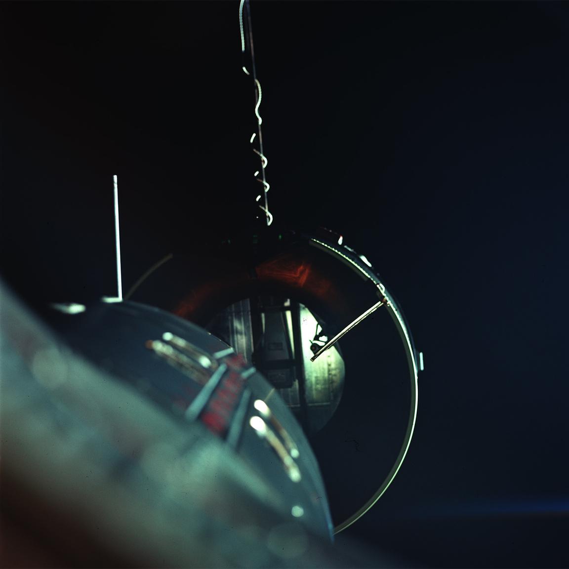 A meglehetősen izgalmasra sikerült Gemini-8 küldetés során készült kevés űrbéli fotó egyike, amin az Agena dokkolóberendezése látható a Gemini-8 jobb oldali ablakából fényképezve.