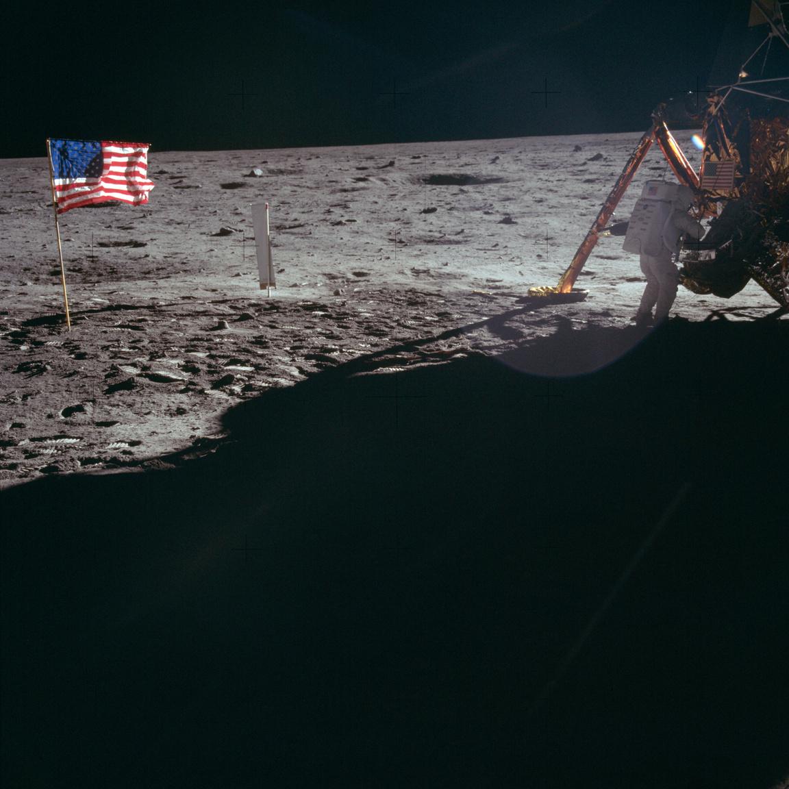 1969. július 20. Neil Armstrong a holdkompnál dolgozik. Ez az egyik olyan fotó, amin a Holdra elsőként lépő ember látható – háttal, távol a kamerától, ellenfényes becsillanástól kissé fakón. Fotó egy történelmi hősről, a történeti tetthez kissé méltatlanul, de személyiségétől annyira mégsem távol álló módon.
