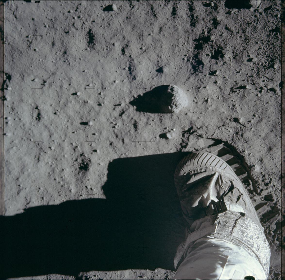 Egy eredeti NASA-fotó a Holdon tett első lépések egyikéről. Aldrin több hasonló képpel is kísérletezett, a Hold porába nyomott csizmalábnyomról készült fotója egyike az Apollo-11 ikonikus képeinek.