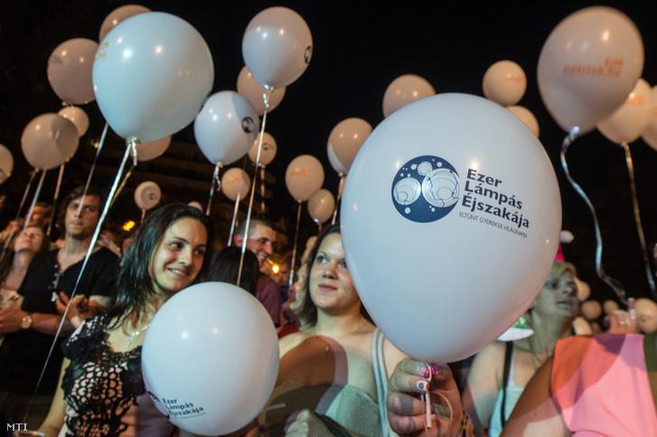 Résztvevők világító léggömbökkel az eltűnt gyermekek világnapjához kapcsolódó, Ezer lámpás éjszakája elnevezésű rendezvényen Kecskeméten, a Kossuth téren 2016. május 29-én.
