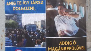 Orbán magánrepülőről mosolyog a metrópótlóra váró tömegre a DK új matricáin