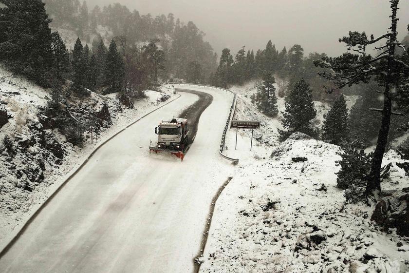 Hókotró takarította az utat a Belagua-hágón, az észak-spanyolországi Navarra tartományban.