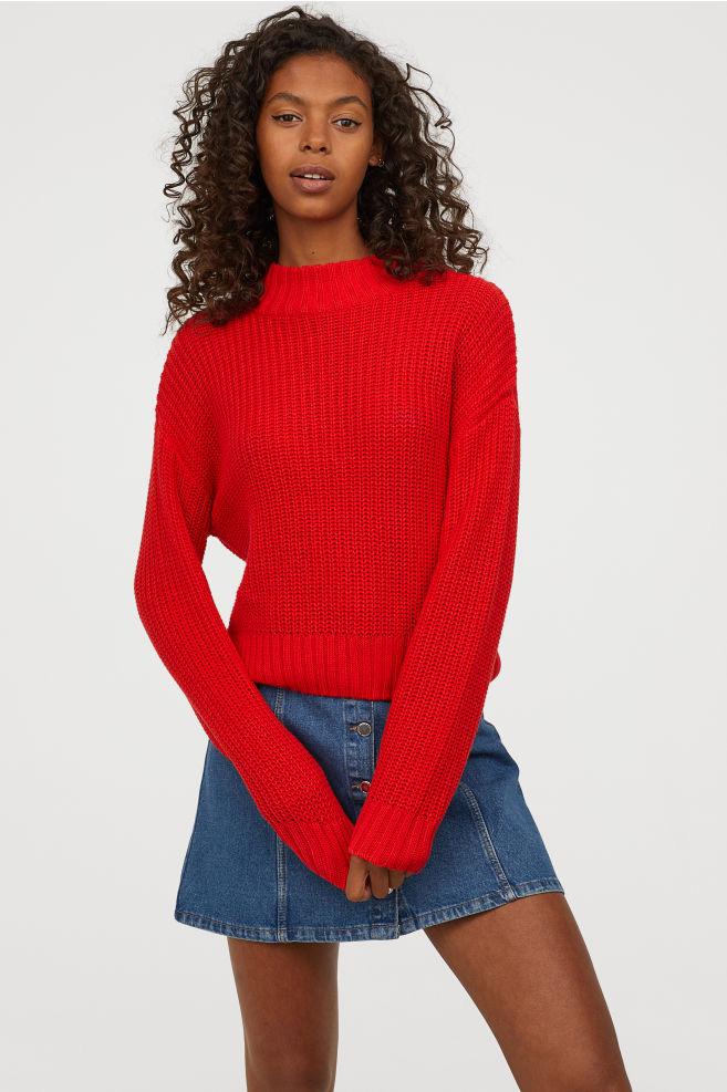 A piros szín rendkívül nőies és figyelemfelkeltő, ráadásul ez a garbós darab szabásának köszönhetően még az alakodat sem rejti el. A H&M-ben 3990 forintért veheted meg.