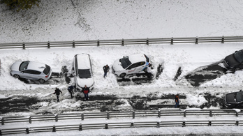 Franciaországban már a havazás miatt rekedt az úton kétezer autós