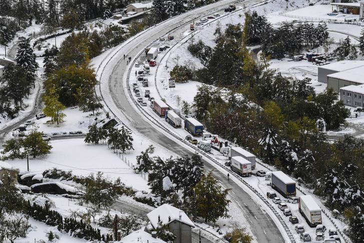 Kétezer autós akadt el kedd éjszaka a Francia Középhegységben a sűrű havazás miatt, és 195 ezer háztartásban szünetelt az áramszolgáltatás. 17 megyében adtak ki figyelmeztetést a folyamatos havazás és az utak jegesedése miatt.