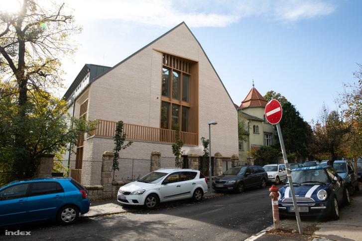 Az ELTE Bibó István Szakkollégiumának felújított épülete a Ménesi úton