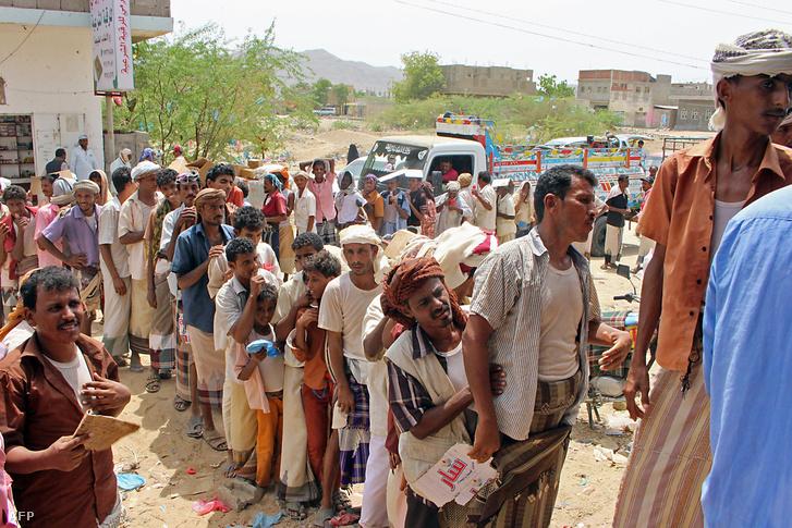 Yemeniek étel segélyért állnak sorba Szaud-Arábia határánál 2018. szeptember 1-én