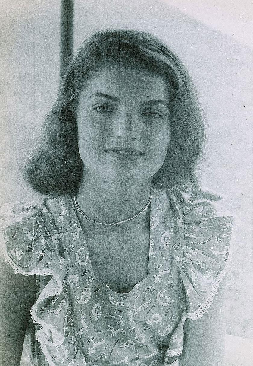 Jackie Kennedy tinédzserkorából több sosem látott fotó is előkerült. Ezek a felvételek egy családi nyaraláson készültek róla.