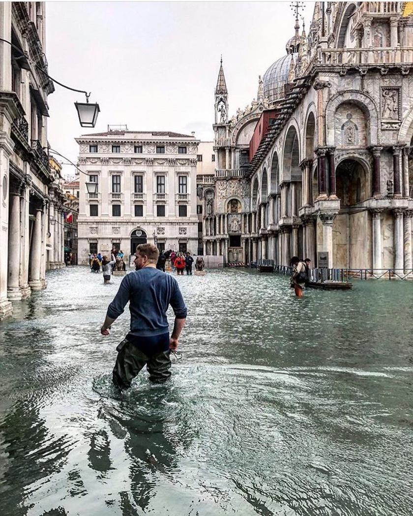 A turisták és a helyiek gyakorlatilag combig érő vízben gázolnak a Szent Márk téren és a város több utcájában.