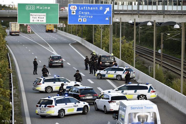 Rendőrök lezárják a Koppenhágát a svédországi Malmővel összekötő Oresund hídhoz vezető utat 2018. szeptember 28-án, miután a dán rendőrség elvágta a fővárosnak helyet adó Sjaelland szigetet az ország többi részétől, mert a hivatalos bejelentés szerint egy komoly rendőri akciót indítottak.