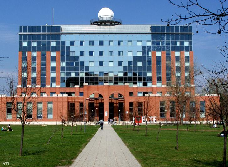 Az Eötvös Lóránd Tudományegyetem Természettudományi Kara (ELTE TTK) északi épülettömbje a fõváros XI. kerületében a Pázmány Péter sétányon.