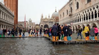 Elázott Joan Miró két falikárpitja Velencében a magas vízállás miatt