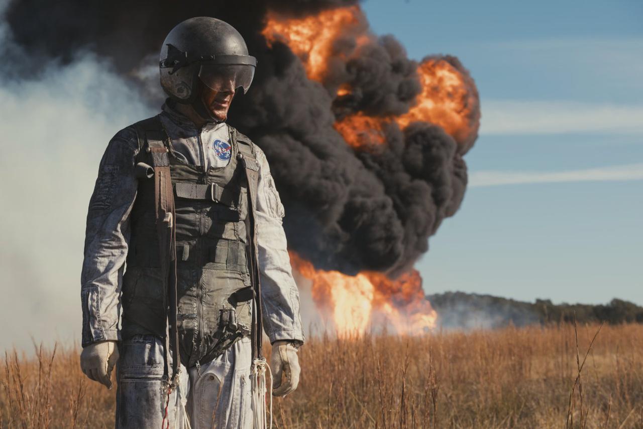 A film itt egy ponton tér el a valóságtól: igaz ugyan, hogy Armstrongot jó pár méteren keresztül rángatta a földön az ejtőernyő, de valójában csupán a nyelvére harapot rá, és az arcán nem sérült meg, a filmben ábrázolttal ellentétben.