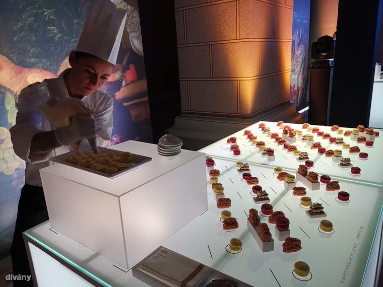A megnyitón az Onyx és az idén 160 éves Gerbeaud fogásait kóstolhatták a vendégek, többek között az évfordulóra készült tortát, amiről itt írtunk bővebben.