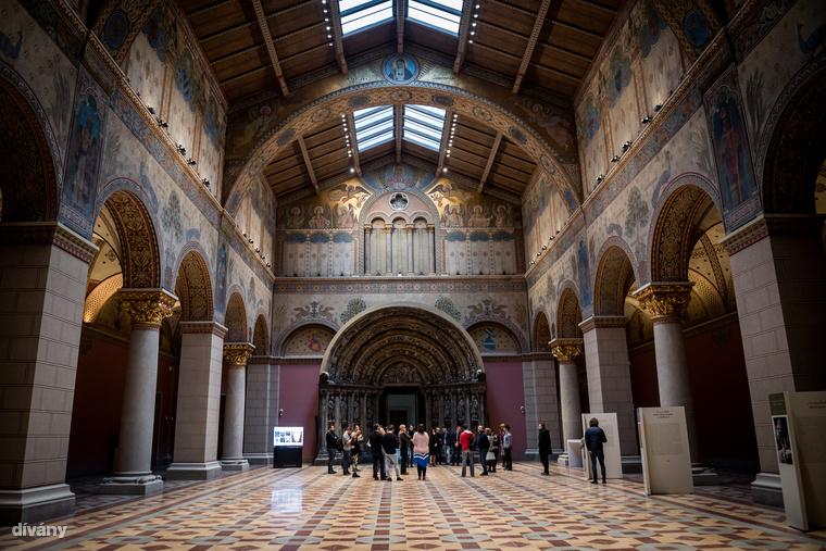 70 év után újra látogatható a Román Csarnok, aminek a rekonstrukcióján 70 restaurátor dolgozott, és több kiló aranyat is felhasználtak