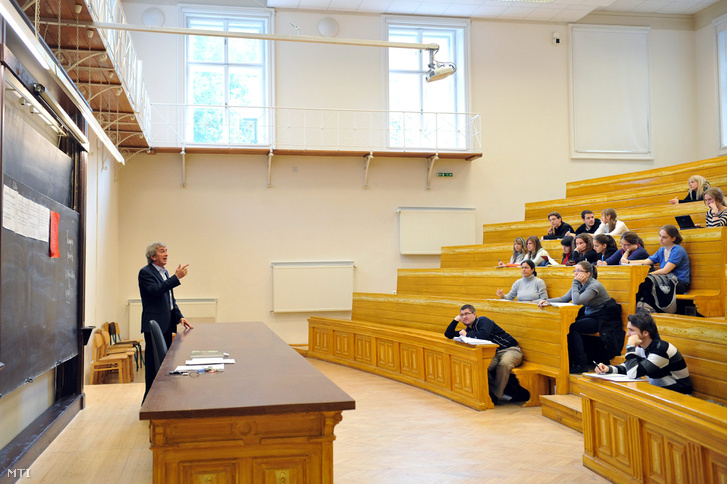 Kulcsár Szabó Ernő az MTA rendes tagja irodalomtörténész egyetemi tanár az ELTE Magyar Irodalom- és Kultúratudományi Intézet igazgatója előadást tart 2012. október 24-én.