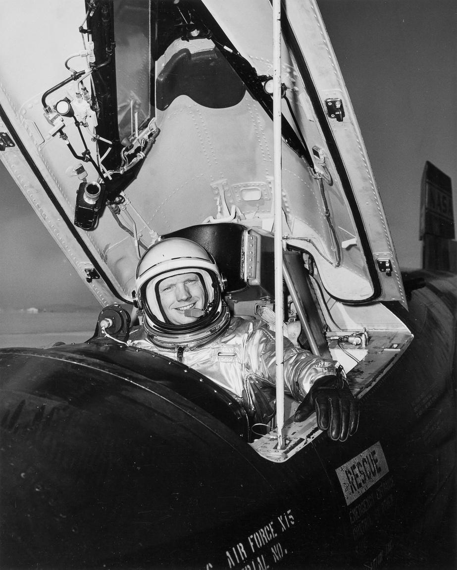 1962. áprilisában készült portré. Armstrong egy X-15-ös rakétarepülőgépben ül. 1960. november 30. és 1962. július 26 között hétszer repült a NASA kísérleti gépével, egyikeként a mindössze tizenkét X-15-ös tesztpilótának. A NASA az amrikai űrporgram elején ezekkel a repülőgépekkel kutatta a nagy, a hang sebességénel sokszorosan gyorsabb, űrhöz közeli repülés jellemzőit.