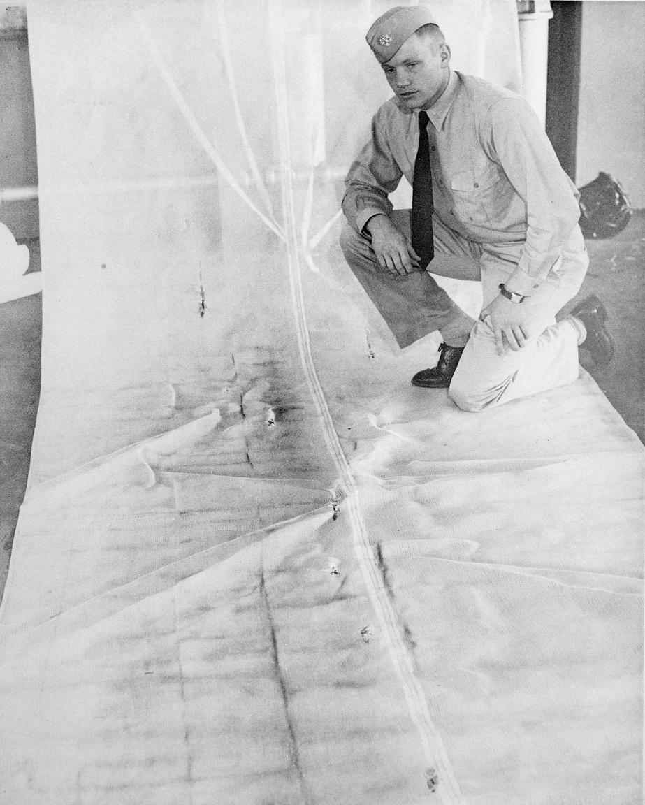 1949-52 körül készülhetett ez a fotó, amin a fiatal tengerész Armstrong látható az amerikai haditengerészet egyenruhájában. Neil Armstrong 1949-től 1960-ig szolgált a haditengerészet soraiban, 1950-től kiképzett pilótaként. Harcolt a koreai háborúban, összesen 78 bevetésben vett részt, amiért egy sor kitüntetést is kapott.