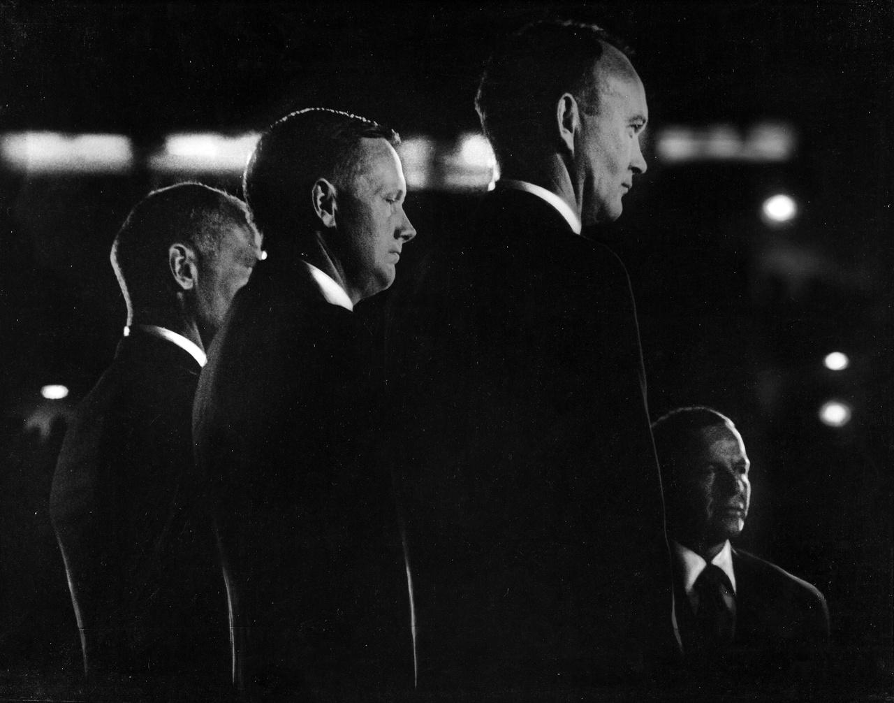 1969. augusztus 16-án hatalmas ünnepséget rendeztek a houstoni Astrodome-ban, a sikeres holdraszállás után hazatérő Apollo-11 legénység tiszteletére. A fotón a színpadon álló három űrhajós (balról jobbra: Buzz Aldrin, Neil Armstrong és Michael Collins) valamint a jobb alsó sarokban az egyik sztárfellépő, Frank Sinatra énekes látható.