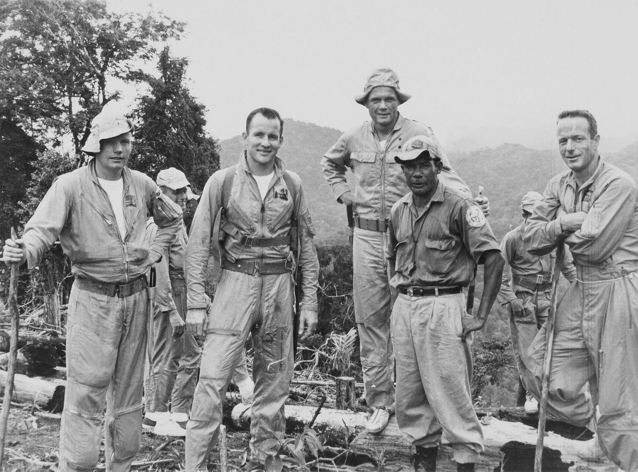 Újabb csoportkép a dzsungeltáborból. Balról jobbra: Neil Armstrong, Pete Conrad, Deke Slayton, John Glenn, Ed White (takarásban) és Scott Carpenter űrhajósok, valamint oktatójuk, akinek nem tudni a nevét.