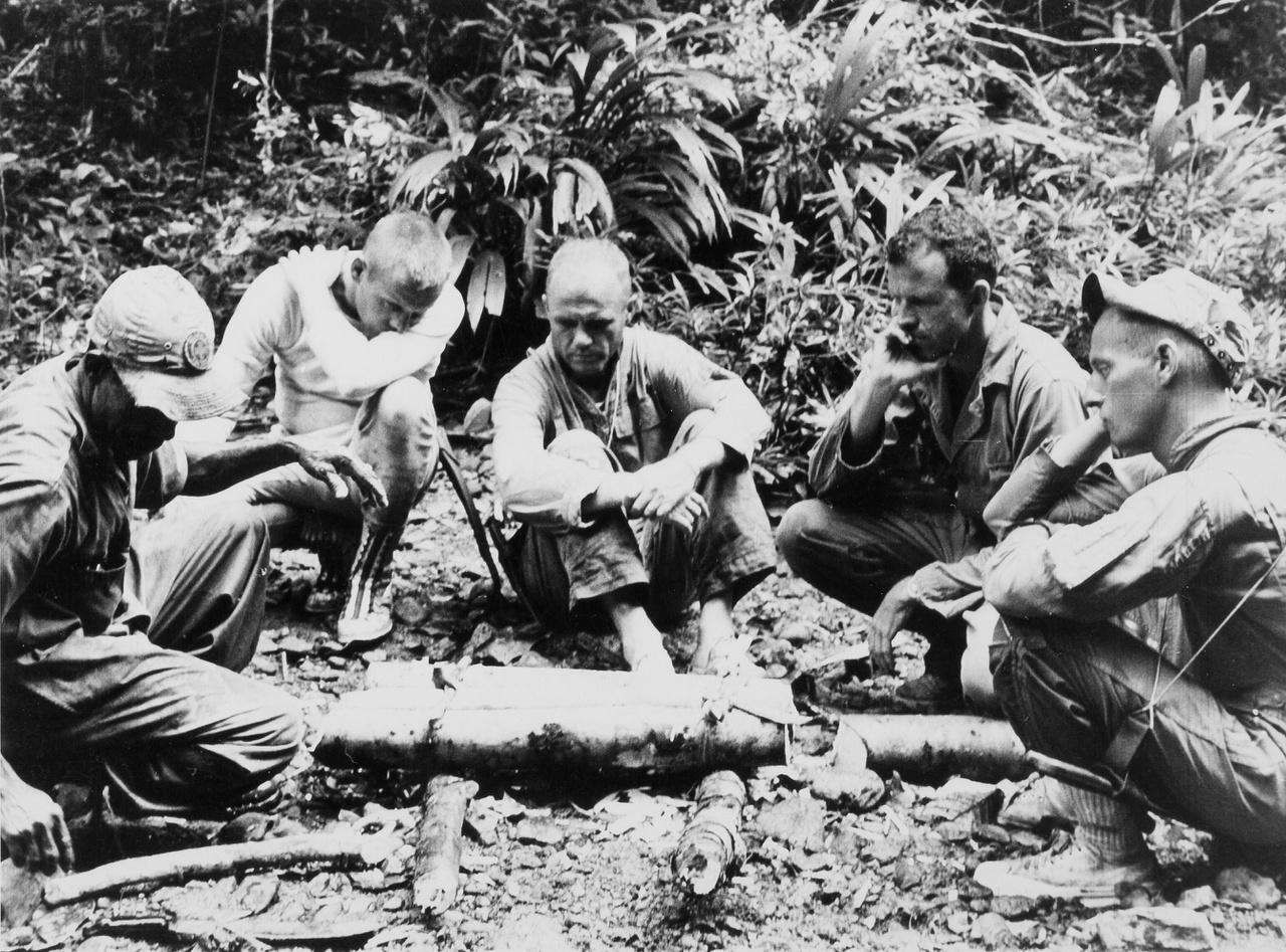 Neil Armstrong (balról a 2.), John Glenn (b3), Gordon Cooper (j2) és Charles Conrad (j1)űrhajósok instruktorukkal a panamai túlélőtáborban. Az űrhajósok az ilyen kiképzések során azt gyakorolták, hjogy miképp maradjanak életben, ha esetleg űrhajójuk valami oknál fogva nem a tervezett helyen érne földet, és napokig kellen várniku, míg a keresésükre indított mentőosztagok megérkeznek értük.