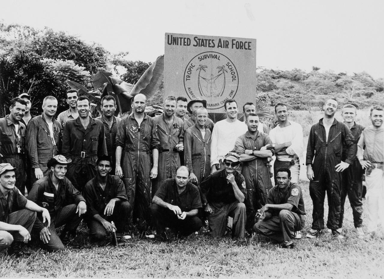 1963. június 3-6. Csoportkép a légierő albrooki trópusi túlélőtáborából, a Panama-csatorna térségéből. A képen tizenhat amerikai űrhajós (overallban) és oktatóik láthatók, a Mercury- és Gemini-program asztronautái dzsungelben való túlélési praktikákat tanultak itt. Armstrong az álló sorban látható, balról a második.