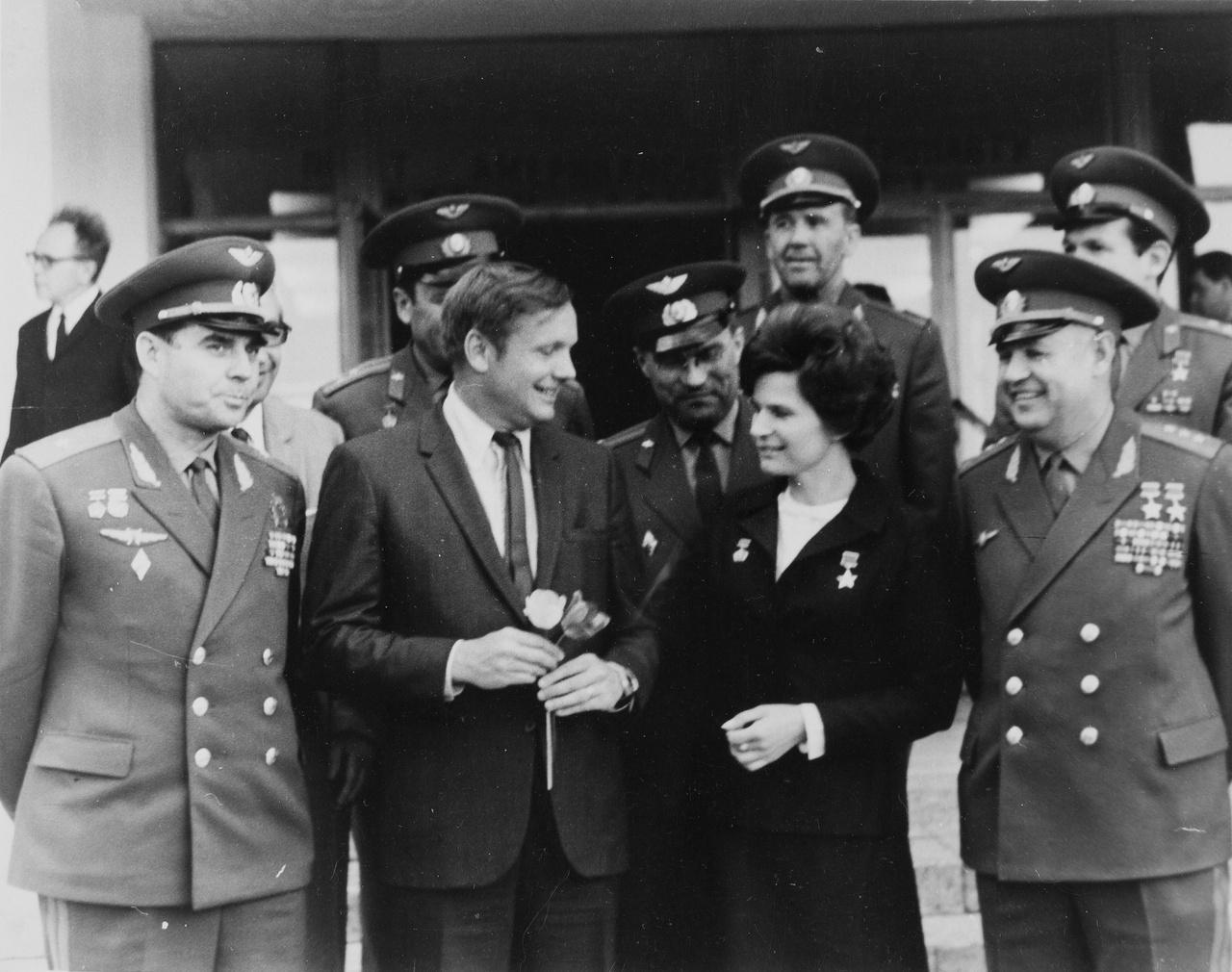 Armstrong virággal köszönti Tyereskovát, az első űrhajós nőt a XIII. COSPAR alkalmából.