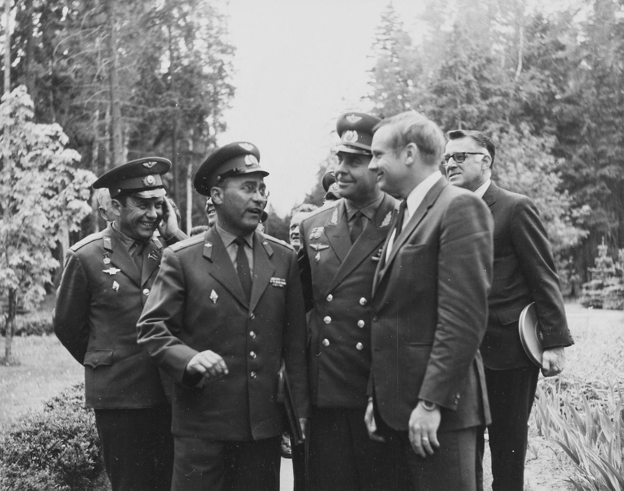 Armstrong szovjet katonai vezetők társaságában.