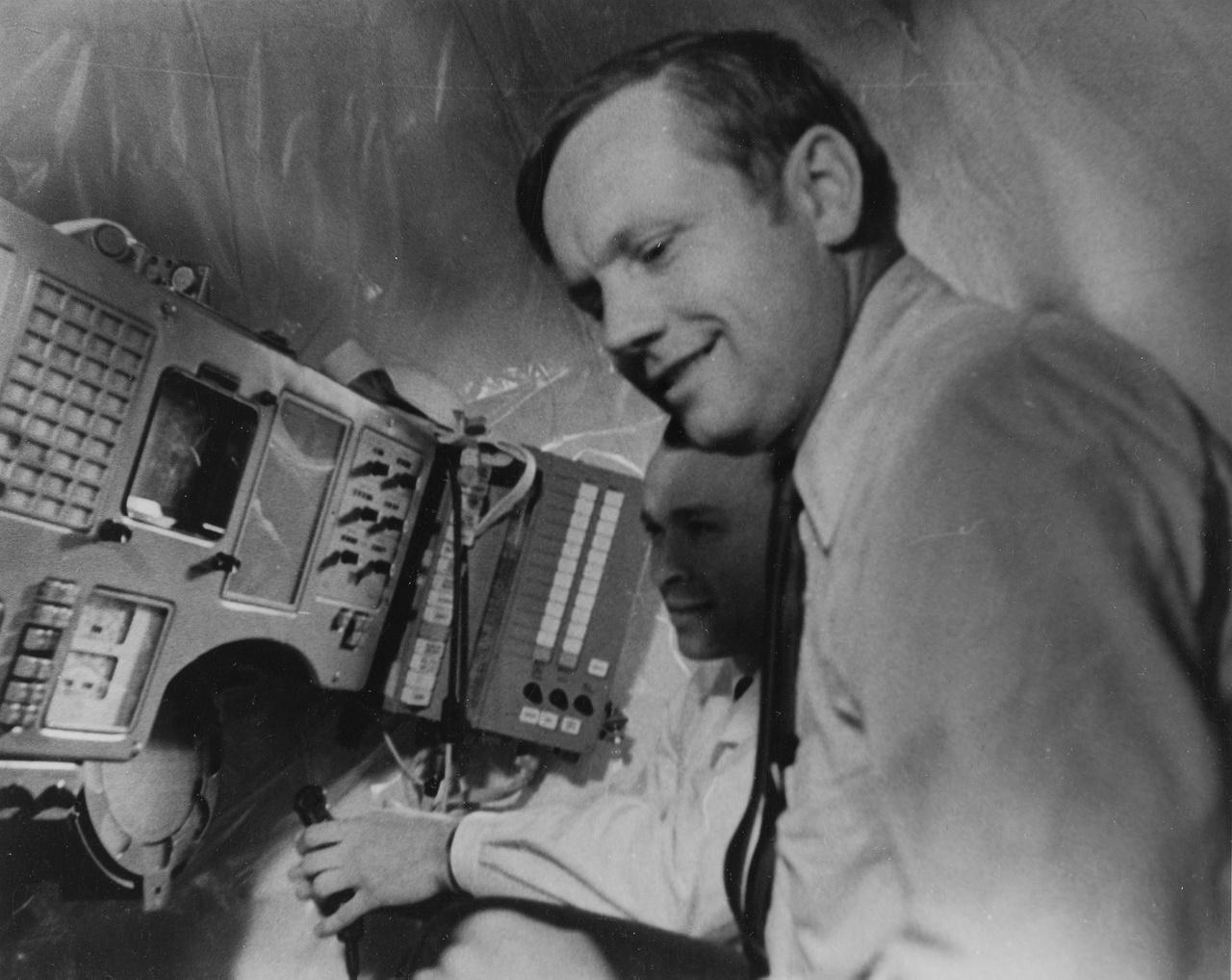 Ilyen képet se lehetett eddig sokszor látni: a XIII. COSPAR alkalmával Armstrongnak megmutatták egy Szojuz űrhajó műszerfalát, vezérlőegységét is, a kép tanúsága szerint az amerikai űrhajós érdeklődve figyelte a szovjet technikát.