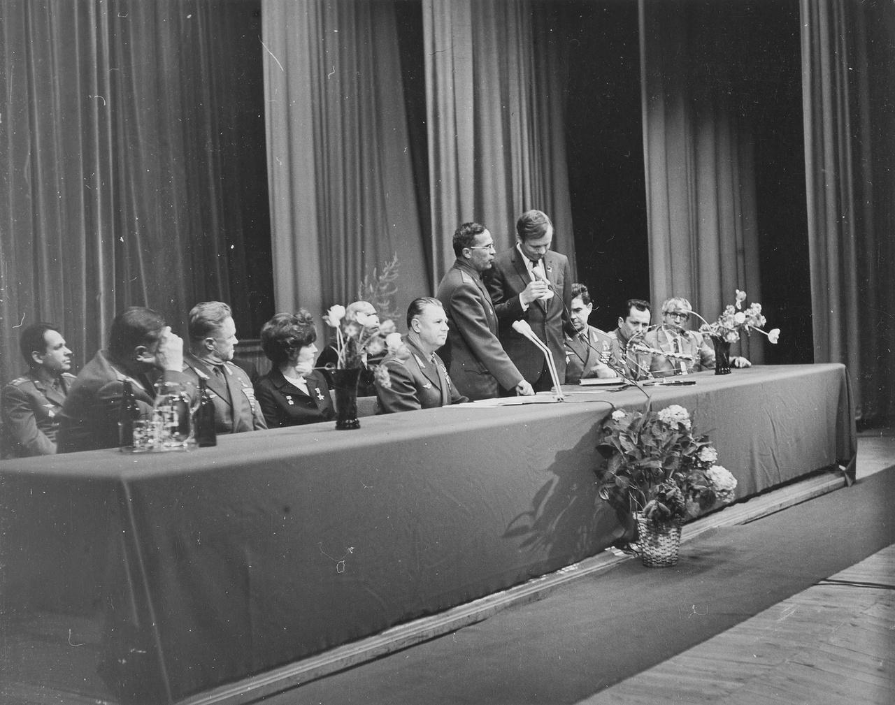 A COSPAR, azaz az Űrkutatási Tanács az űrkutatásban résztvevő országok nemzetközi tudományos uniójaként jött létre 1958-ban, azzal a céllal hogy interdiszciplináris bizottságként támogassa az űrkutatási tevékenységet, többek között kétévente rendezett nemzetközi tudományos kongresszusokkal, mint amilyenen Armstrong is részt vett 1970-ben.