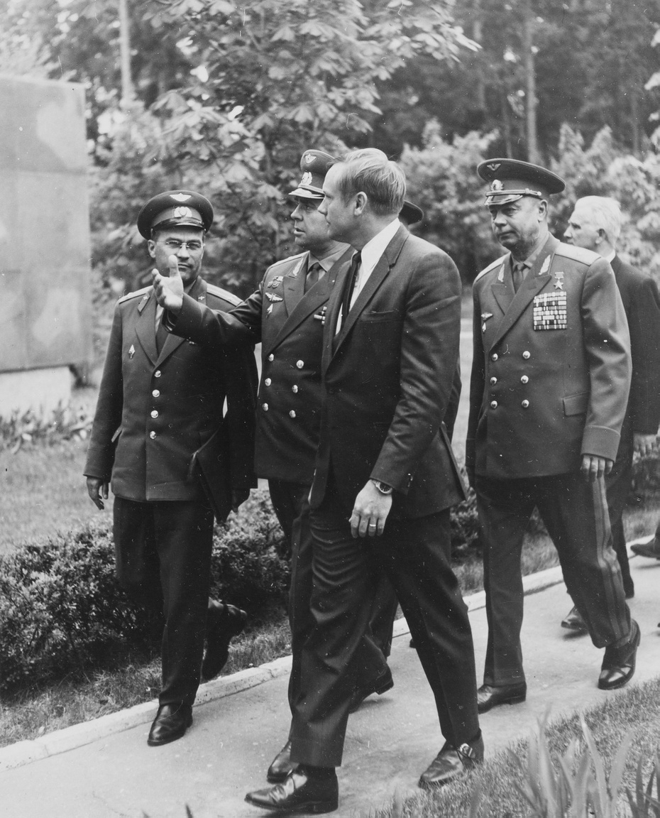 Armstrong és Beregovoj sétál magas rangú szovjet katonai illetékesek társaságában.
