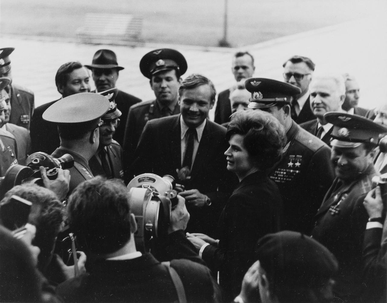 Armstrong és Tyereskova riporterek gyűrűjében.