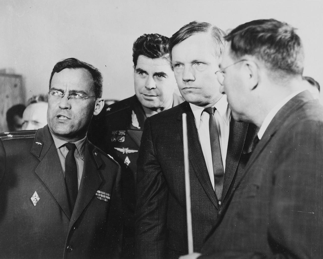 1970 május-júniusában Armstrong a Szovjetunióba látogatott és részt vett a XIII. COSPAR (Committee on Space Research) konferencián. Armstrong jobbról a második, háta mögött Georgij Tyimofejevics Beregovoj szovjet űrhajós, a Szojuz-3 küldetés parancsnok pilótája látható.